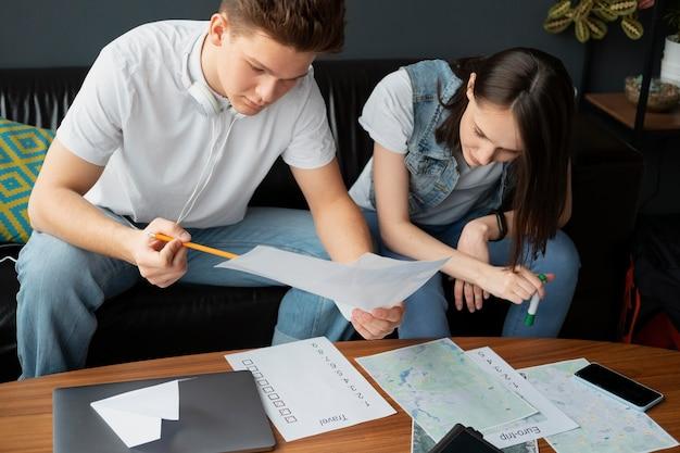 Plan moyen de personnes planifiant un voyage ensemble