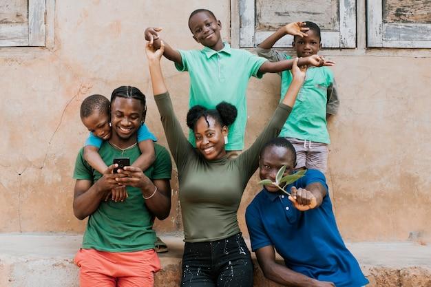 Plan moyen peuple africain heureux