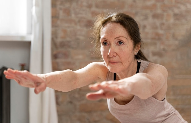 Plan moyen senior woman working out