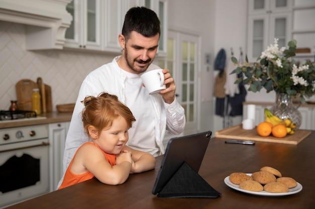 Plan moyen smiley père avec enfant
