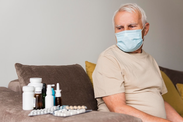 Plan moyen vieil homme avec médecine