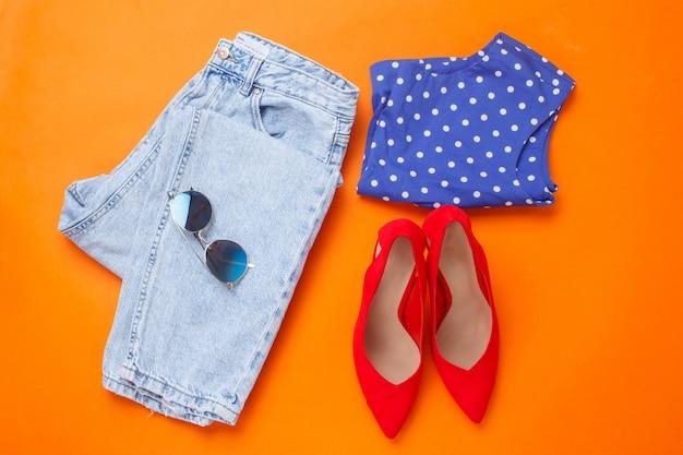 Plan plat de filles vêtements et accessoires de printemps. vue de dessus. tenue féminine lumineuse.