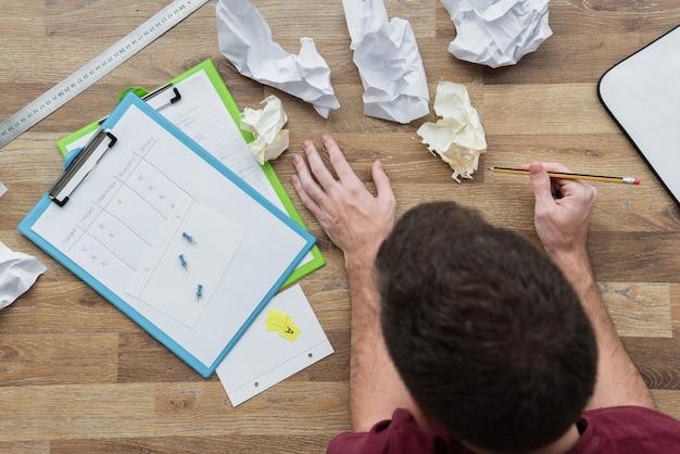 Plan à plat d'un gars qui travaille sur ses notes