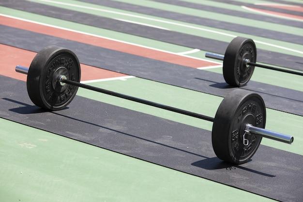 Plan de plusieurs haltères chargés de plaques de poids prêts pour l'haltérophilie