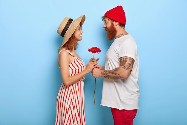 Plan de profil d'un couple romantique ont date