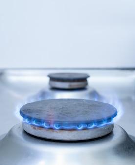 Plan rapproché d'un brûleur à gaz de cuisinière avec la flamme bleue