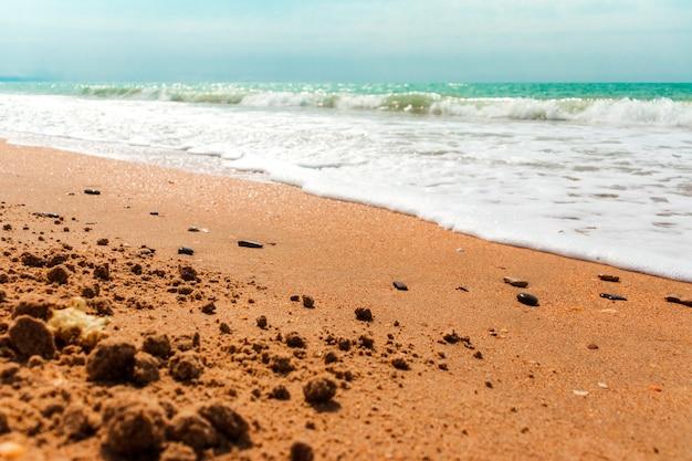 Plan rapproché du modèle de sable d'une plage pendant l'été