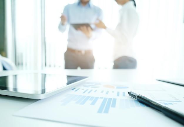 Plan rapproché du plan d'affaires avec des personnes travaillant en arrière-plan