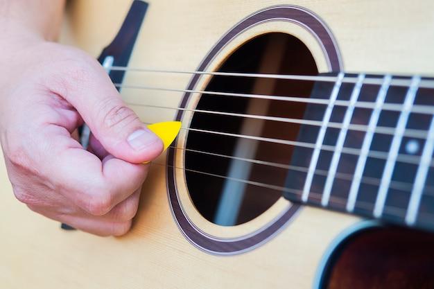 Plan rapproché de l'homme jouant de la guitare