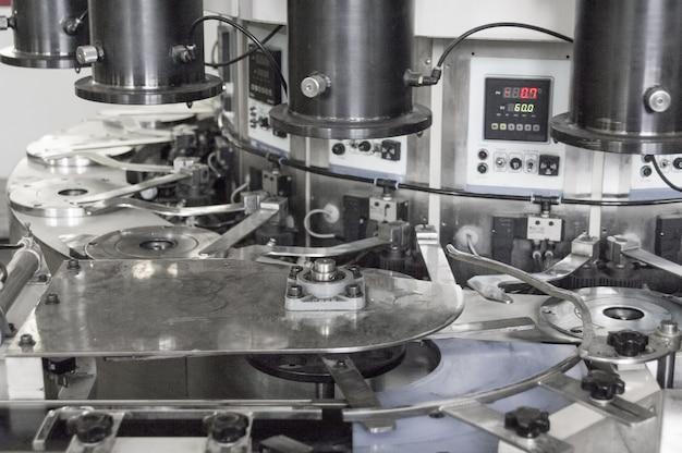 Le plan rapproché de la machine produit des pièces pour la voiture