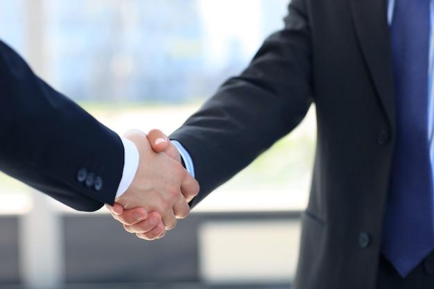 Plan rapproché d'une poignée de main d'affaires entre deux collègues