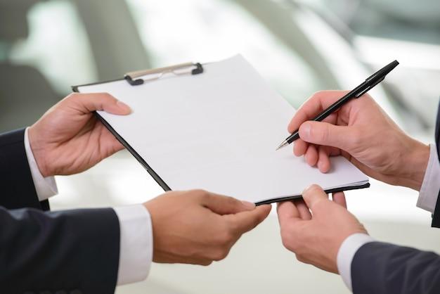 Plan rapproché de la signature du contrat.