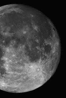 Plan rapproché vertical de la lune