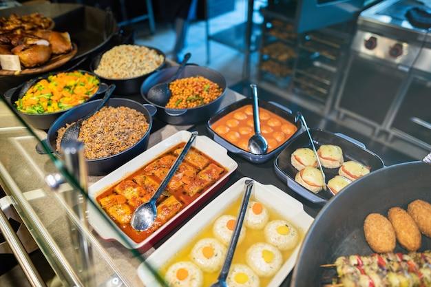 Plan rapproché de vitrines avec de la nourriture dans la zone libre-service du restaurant
