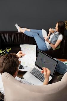 Plan rapproché de voyage de personnes avec l'ordinateur portable