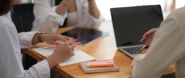 Plan recadré d'un groupe d'étudiants universitaires travaillant ensemble à leur mission