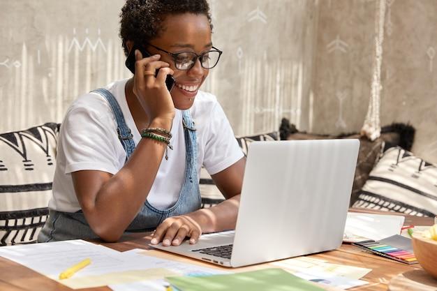 Plan d'un recruteur féminin ethnique élégant fait une offre d'emploi