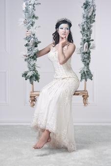 Plan de la reine des neiges aux pieds nus sur la balançoire