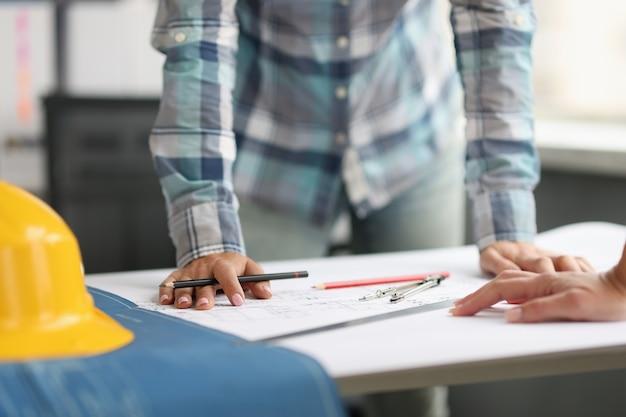 Le plan de réunion des architectes fonctionne à l'aide de plans. travail d'équipe dans le domaine du concept de construction