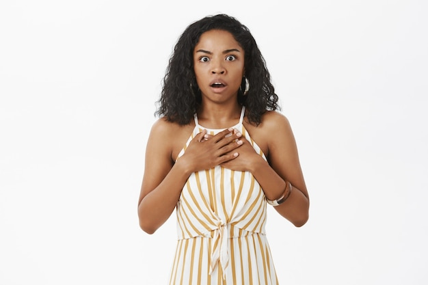 Plan à la taille d'une sœur aînée à la peau foncée inquiète et inquiète entendant une terrible nouvelle choquante