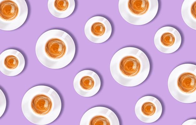 Plan des tasses de café sur un violet. mise à plat. vue de dessus.