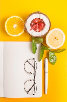 Plan de travail d'été avec bloc-notes et fruits