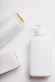 Plan vertical de bouteilles cosmétiques