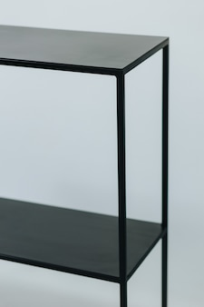 Plan vertical d'une étagère en métal noir au design minimaliste