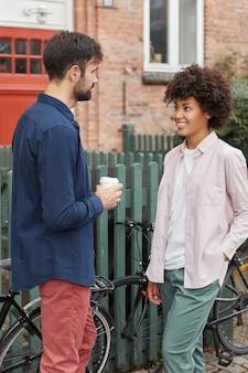 Plan vertical d'une femme et d'un homme interraciaux se font face