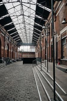 Plan vertical de l'intérieur d'un immeuble avec portes en arc à roubaix, france