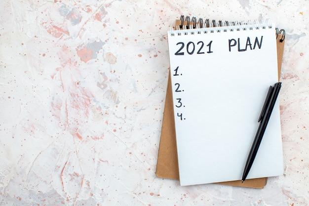 Plan de vue de dessus écrit sur des cahiers stylo sur table espace libre