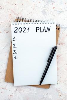 Plan de vue de dessus écrit sur des cahiers stylo sur table