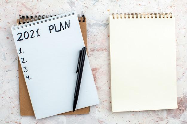 Plan de vue de dessus écrit sur des cahiers sur table