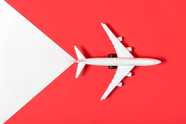Plan vue de dessus sur fond rouge