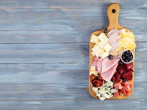 Planche d'antipasti avec jambon, fromage et olives