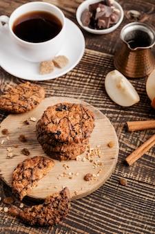 Planche de bois avec des biscuits et une tasse de thé