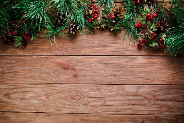 Planche de bois avec brindille de noël