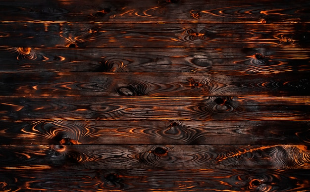 Planche de bois brûlée, texture de bois de charbon de bois noir, barbecue brûlé