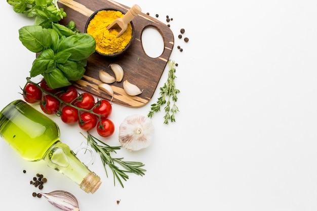Planche de bois avec des condiments de cuisson et copie-espace