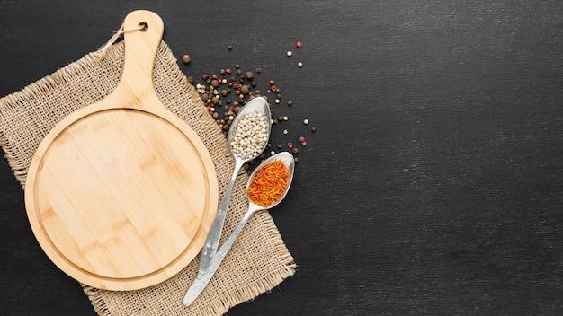Planche de bois avec condiments en poudre