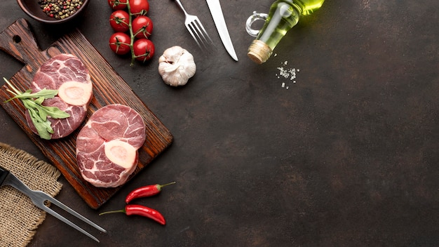 Planche en bois avec copie de la viande crue