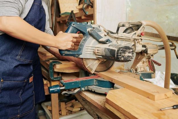 Planche de bois de coupe de charpentier