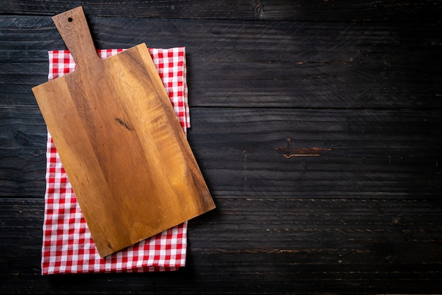 Planche de bois coupe vide avec torchon