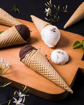 Planche de bois avec crème glacée sur cône