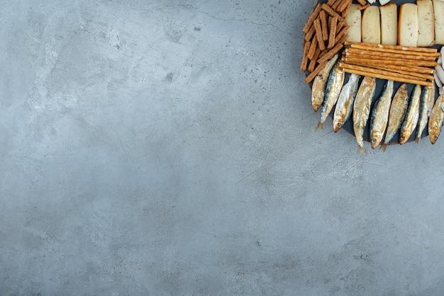 Une planche en bois avec de délicieuses collations et du blé. photo de haute qualité