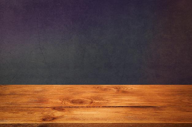 Planche de bois avec fond texturé noir