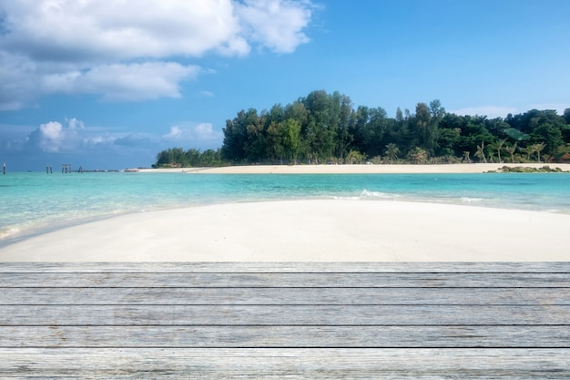 Planche de bois gris sur la plage paradisiaque sable blanc