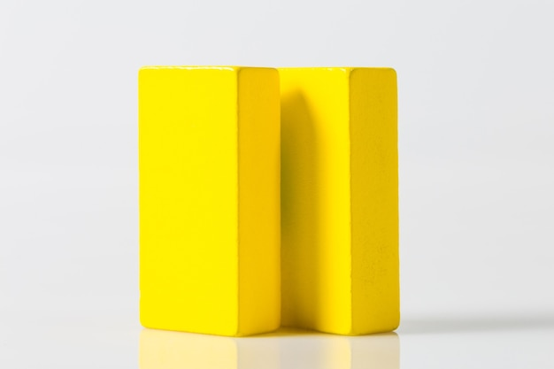 Planche de bois jaune isolé sur fond blanc
