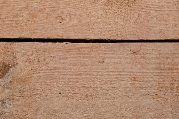 Une planche de bois peinte beige avec un espace entre eux