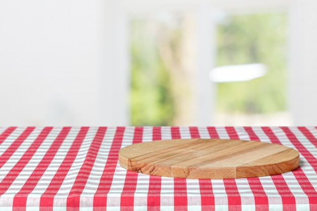 Planche de bois avec une serviette sur une table